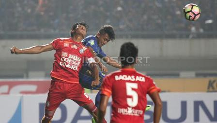 Gelandang sayap Persib Bandung, Febri Hariyadi (tengah) tengah berduel udara dengan salah satu pemain Arema FC pada laga pembuka Liga 1 di Stadion Gelora Bandung Lautan Api (GBLA), Sabtu (15/04/17).