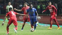 Indosport - Michael Essien (Persib Bandung) mendapat kawalan ketat dari pemain Arema FC.