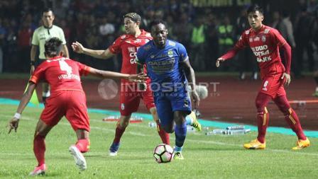 Marquee player Persib Bandung, Michael Essien (tengah) saat membawa bola pada laga pembuka Liga 1 di Stadion Gelora Bandung Lautan Api (GBLA), Sabtu (15/04/17).
