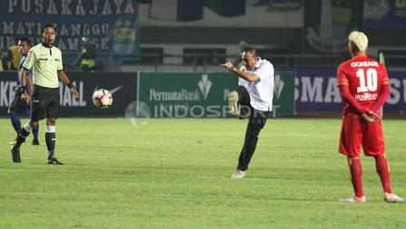 Ketua Umum PSSI, Edy Rahmayadi (tengah) tengah menendang bola sebagai simbol pembukaan Liga 1 di Stadion Gelora Bandung Lautan Api (GBLA), Sabtu (15/04/17).