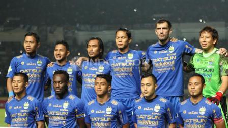 Skuat Persib Bandung saat menghadapi Arema FC pada laga pembuka Liga 1 di Stadion Gelora Bandung Lautan Api (GBLA), Sabtu (15/04/17).