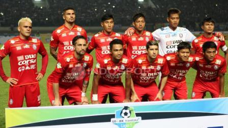 Skuat Arema FC saat menghadapi Persib Bandung pada laga pembuka Liga 1 di Stadion Gelora Bandung Lautan Api (GBLA), Sabtu (15/04/17).