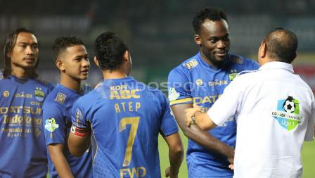Marquee player Persib Bandung, Michael Essien (kedua dari kanan) berjabat tangan dengan Ketua Umum PSSI, Edy Rahmayadi pada laga pembuka Liga 1 di Stadion Gelora Bandung Lautan Api (GBLA), Sabtu (15/04/17).