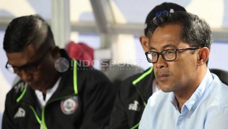 Pelatih Arema FC, Aji Santoso (kiri) pada laga pembuka Liga 1 di Stadion Gelora Bandung Lautan Api (GBLA), Sabtu (15/04/17).