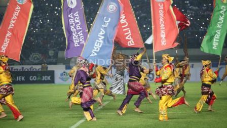 Kemeriahan pembukaan Liga 1 di Stadion Gelora Bandung Lautan Api (GBLA), Sabtu (15/04/17).