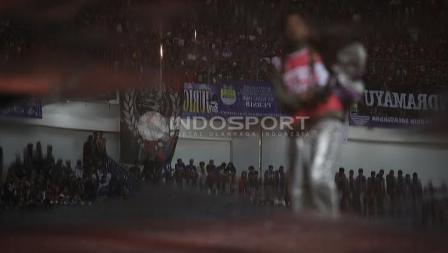Ribuan Bobotoh menyaksikan pertandingan embukaan Liga 1 di Stadion Gelora Bandung Lautan Api (GBLA), Sabtu (15/04/17).
