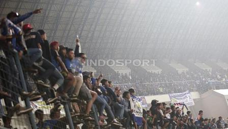 Ribuan Bobotoh menyaksikan pertandingan pembukaan Liga 1 di Stadion Gelora Bandung Lautan Api (GBLA), Sabtu (15/04/17).