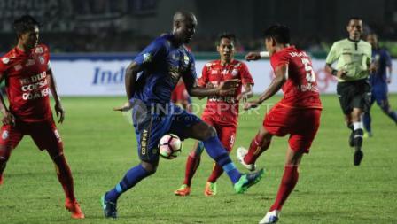 Penyerang Persib Bandung, Carlton Cole (tengah) usai menendang bola ke gawang Arema FC pada laga pembukaan Liga 1 di Stadion Gelora Bandung Lautan Api (GBLA), Sabtu (15/04/17).