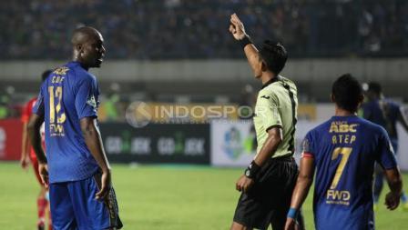 Penyerang Persib Bandung, Carlton Cole (kiri) saat beragumen dengan wasit pada laga pembuka Liga 1 di Stadion Gelora Bandung Lautan Api (GBLA), Sabtu (15/04/17).