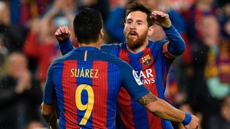 Lionel Messi (kanan) menghampiri Suarez pasca gol yang dilesakkannya. - INDOSPORT