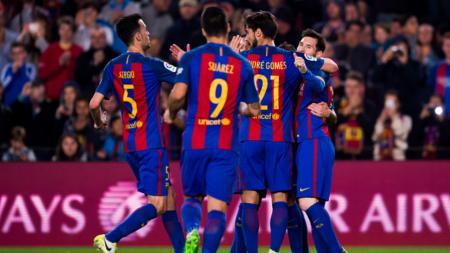 Para skuat Barcelona merayakan gol Lionel Messi. - INDOSPORT