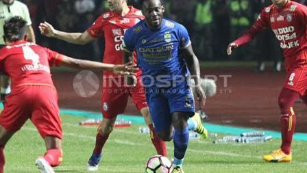 Michael Essien (Persib Bandung) mendapat kawalan ketat dari pemain Arema FC.