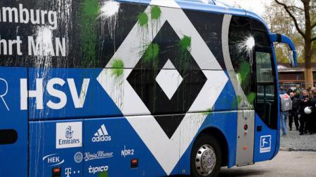 Bus Hamburg mendapatkan serangan bom cat. - INDOSPORT