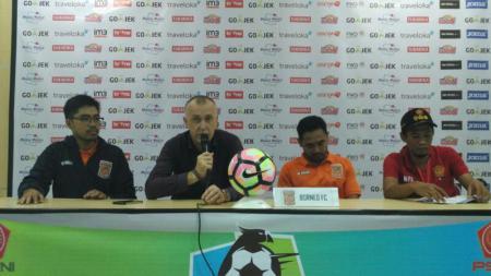 Pelatih Borneo FC saat menjalani siaran pers usai pertandingan melawan PS TNI. - INDOSPORT