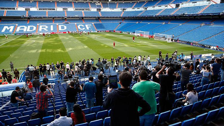 Para wartawan tengah mengambil gambar saat Bayern Munchen latihan di Santiago Bernabeu.