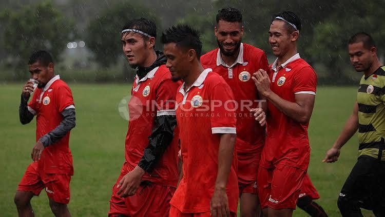 Skuat Persija Jakarta melakukan latihan ringan jelang melakoni laga kedua Liga 1 melawan Barito Putera di Lapangan Sutasoma, Halim, Jakarta Timur, Selasa (18/04/17).