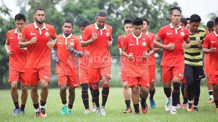 Skuat Persija Jakarta melakukan latihan ringan jelang melakoni laga kedua Liga 1 melawan Barito Putera di Lapangan Sutasoma, Halim, Jakarta Timur, Selasa (18/04/17). - INDOSPORT