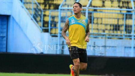 Juan Pablo Pino Puello saat mengikuti latihan perdana bersama Arema FC. - INDOSPORT