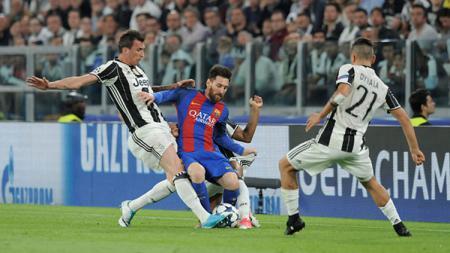 Lionel Messi dihadang dua pemain bertahan Juventus. - INDOSPORT