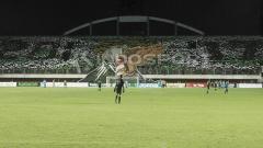 Indosport - Aksi koreografi Brigata Curva Sud (BCS) saat di laga pembuka Liga 2.