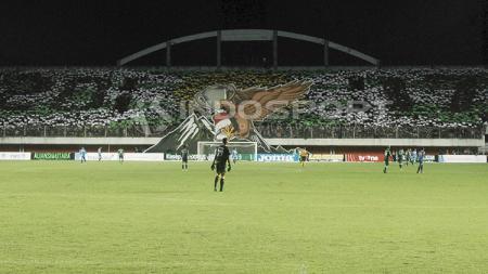 Aksi koreografi Brigata Curva Sud (BCS) saat di laga pembuka Liga 2. - INDOSPORT