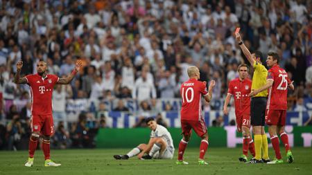 Viktor Kassai menghadiahi Vidal kartu merah. - INDOSPORT