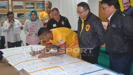 Striker Beto Goncalves saat menandatangani kontrak dengan Sriwijaya FC pada 2017. - INDOSPORT