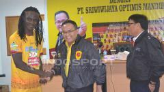 Indosport - Pierre Bio Paulin usai menandatangani kontrak dengan Sriwijaya FC di musim lalu.