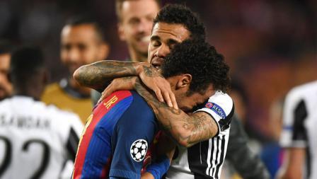 Mantan pemain Barcelona, Dani Alves (kanan) memeluk Neymar untuk memberikan hiburan yang menangis karena timnya gagal melangkah ke semifinal Liga Champions.