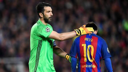 Kiper Juventus, Gianluigi Buffon (kiri) menghibur pemain bintang Barceloa, Lionel Messi yang tertunduk lesu.