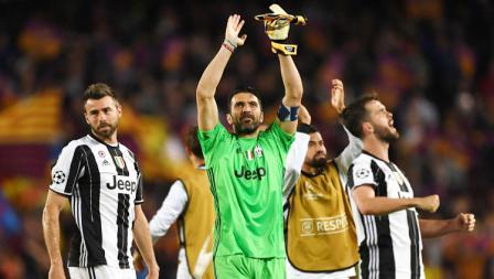 Kiper Juventus, Gianluigi Buffon (tengah)  bersama rekan setimnya mengucapkan terima kasih kepada fans Juventus yang turut hadir ke Camp Nou.
