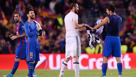 Bek tengah Juventus, Giorgio Chiellini (tengah) dan Luis Suarez saling bertukar jersey disaksikan oleh Lionel Messi (paling kiri).