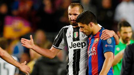 Giorgio Chiellini tengah berbincang dengan Luis Suarez setelah pertandingan usai. - INDOSPORT