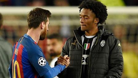 Lionel Messi berjabat tangan dengan gelandang serang Juventus, Juan Cuadrado setelah pertandingan berakhir.