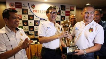 Gubernur Sumbar, Irwan Prayitno serahkan Piala Bergilir Minangkabau Cup 2017 kepada ketua panitia, Tria Suprajeni. - INDOSPORT