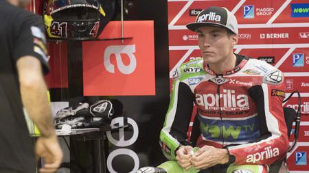 Pembalap im Aprilia Gresini, Aleix Espargaro, tak mampu menutup rasa kecewa karena terus tampil buruk di MotoGP 2019. - INDOSPORT