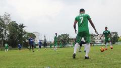 Indosport - Dimas Drajad saat mengikuti agenda latihan bersama PSMS Medan di Stadion Kebun Medan.