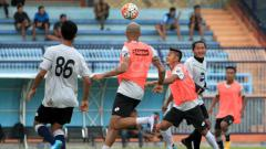 Indosport - Skuat Persela Lamongan saat jalani sesi latihan jelang hadapi Madura United.