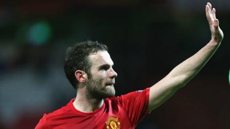 Gelandang Manchester United, Juan Mata, kabarnya telah menggelar pembicaraan dengan manajemen soal masa depannya di Old Trafford. John Peters/Man Utd via Getty Images. - INDOSPORT