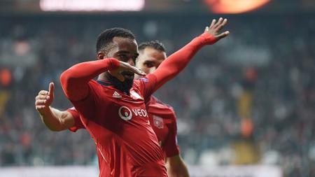 Lacazette cetak gol ke gawang Besiktas. - INDOSPORT