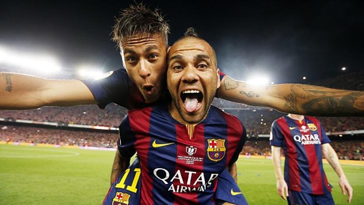 Kebersamaan Neymar dan Dani Alves saat masih sama-sama membela Barcelona. Copyright: Miguel Ruiz/FC Barcelona via Getty Images