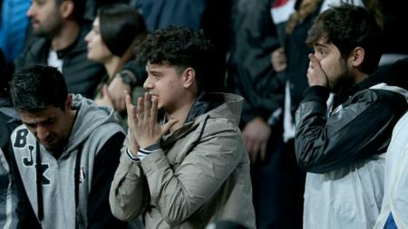 Fans Besiktas kecewa ketika timnya kalah atas Lyon. - INDOSPORT