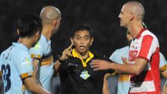 Indosport - Salah satu momen di laga Persela Lamongan vs Madura United.