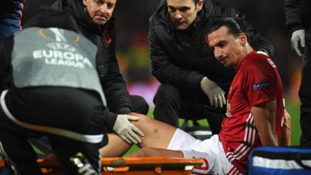 Striker andalan Manchester United, Zlatan Ibrahimovic tengah ditandu keluar karena cedera. - INDOSPORT