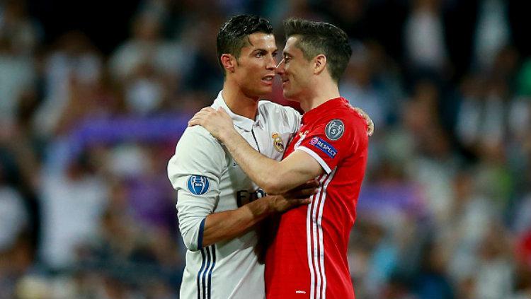 Cristiano Ronaldo kabarnya mengajak Robert Lewandowski untuk bergabung dengan Real Madrid. Copyright: Gonzalo Arroyo Moreno/Getty Images