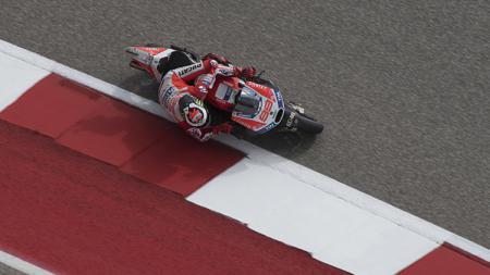 Pembalap Ducati, Jorge Lorenzo ketika sedang menggeber motornya. - INDOSPORT