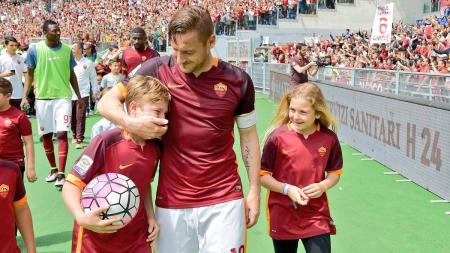 Farncesco Totti (tengah) bersama dengan putranya, Christian (kiri), serta putrinya Chanel. - INDOSPORT
