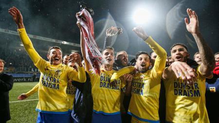 Stefano Lilipaly (kedua dari kanan) merayakan kemenangan SC Cambuur atas RKC Waalwijk. - INDOSPORT