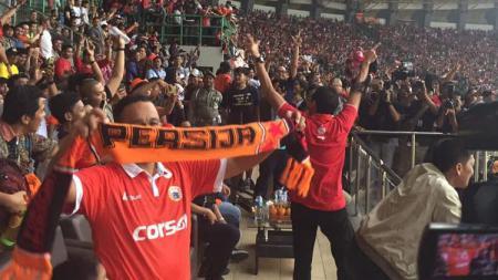 Anies Baswedan dan Sandiaga Uno turut berbaur dalam kemeriahan kemenangan Persija Jakarta. - INDOSPORT