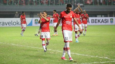 Para pemain Persija Jakarta memberikan apresiasi kepada para The Jakmania usai laga. - INDOSPORT